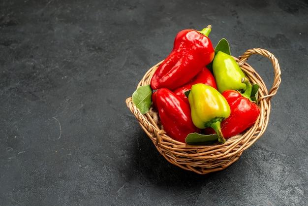 Vorderansicht frische paprika im korb