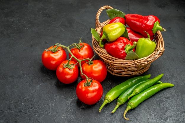 Vorderansicht frische paprika mit roten tomaten