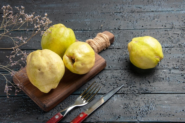 Vorderansicht frische quitten sauer und milde früchte auf dunkelblauem rustikalem schreibtischpflanzenobstbaum reif frisch