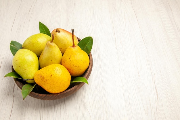 Vorderansicht frische reife birnen süße früchte im teller auf dem weißen schreibtisch obst gelb frisch süß reif