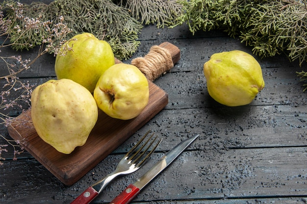 Vorderansicht frische reife quitten saure früchte auf dunkelblauer rustikaler schreibtischpflanze obstbaum reif frisch