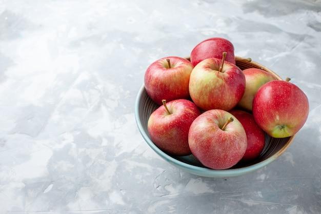 Vorderansicht frische rote äpfel innerhalb platte auf dem weißen hintergrundfrucht frisches weiches reifes vitamin