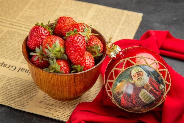 Vorderansicht frische rote erdbeeren innerhalb des tellers auf grauem hintergrundfruchtfoto milde viele farben