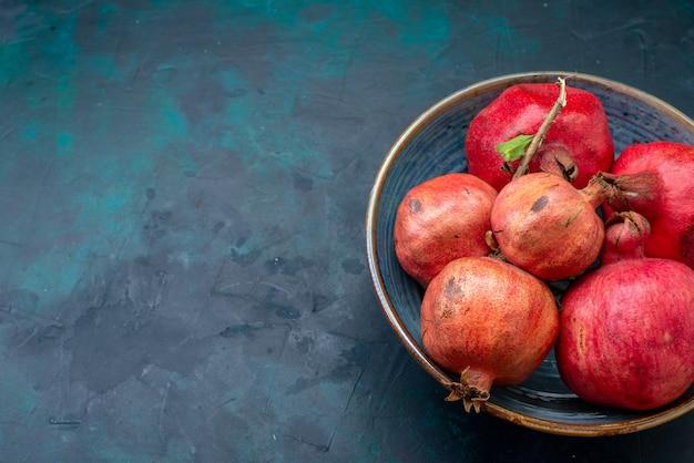 Vorderansicht frische rote granatäpfel auf dunkelheit