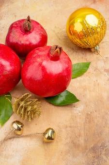 Vorderansicht frische rote granatäpfel auf hellem hintergrund farbfoto mellow saft frucht weihnachten
