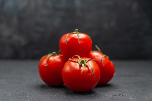 Vorderansicht frische rote tomaten auf dunklem hintergrund reife mahlzeit farbfotosalat