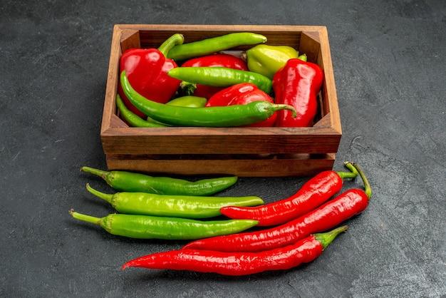 Vorderansicht frische spitze paprika mit nahem pfeffer voller schachtel