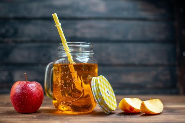 Vorderansicht frischer apfelsaft in der dose mit frischen äpfeln auf dunkler bar-fruchtgetränk-foto-cocktailfarbe