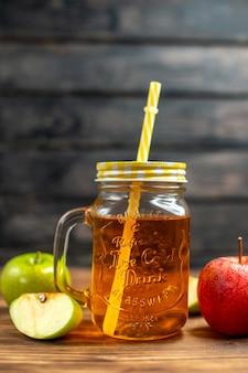 Vorderansicht frischer apfelsaft in der dose mit frischen äpfeln auf dunkler cocktailgetränkfrucht