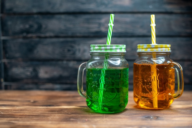 Vorderansicht frischer apfelsaft in dosen auf der dunklen fruchtgetränk-foto-cocktailbar-farbe