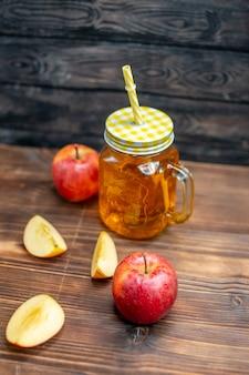 Vorderansicht frischer apfelsaft mit frischen äpfeln auf braunem holzschreibtisch fotococktailfrüchte trinken farbe