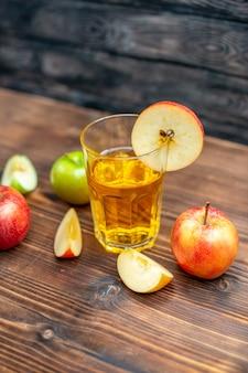 Vorderansicht frischer apfelsaft mit frischen äpfeln auf dem dunklen fotofarbgetränk-fruchtcocktail