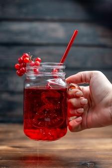 Vorderansicht frischer cranberry-saft in der dose mit strohhalm auf der dunklen bar fruchtfoto-cocktail-farbgetränk beere