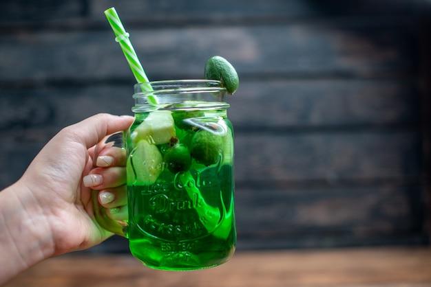 Vorderansicht frischer feijoa-saft in der dose mit strohhalm auf dunklem bar-fruchtfoto-cocktail-farbgetränk beere