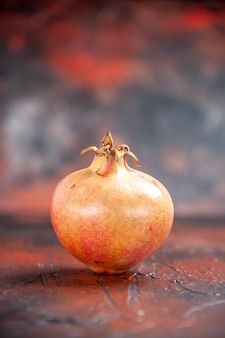 Vorderansicht frischer granatapfel auf freiem platz