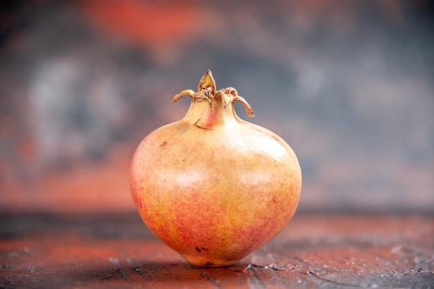 Vorderansicht frischer granatapfel auf freiem platz Kostenlose Fotos