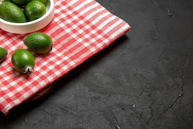 Vorderansicht frischer grüner feijoa auf dunkler oberflächenfrucht exotische gesundheit