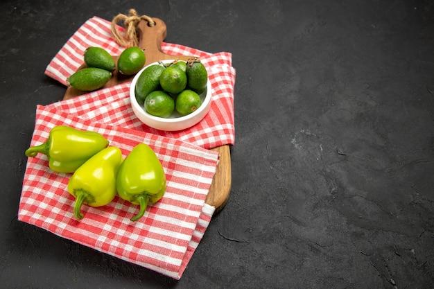 Vorderansicht frischer grüner feijoa mit grüner paprika auf dunkler oberfläche frucht exotische gesundheit mellow