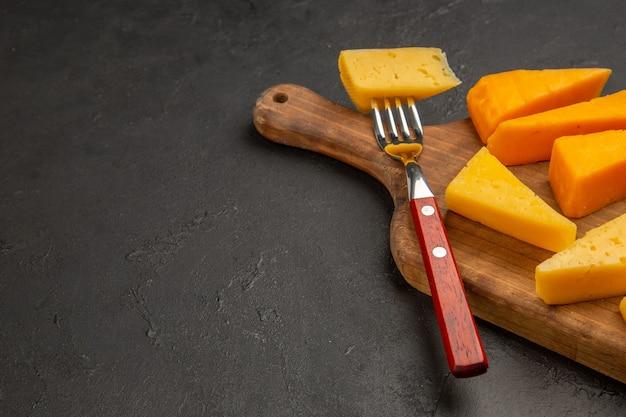 Vorderansicht frischer käse in scheiben geschnitten auf dunkelgrauem essen foto frühstück cips farbe lebensmittel