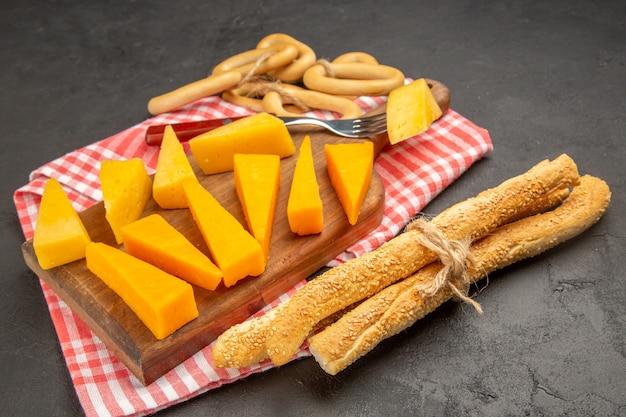 Vorderansicht frischer käse in scheiben geschnitten auf dunkelgrauer farbe mahlzeit foto frühstück cips essen