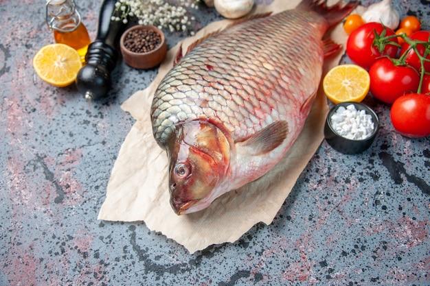 Vorderansicht frischer roher fisch mit pilzen auf blauer oberfläche haifischmehl ozeanfleisch horizontales tier meeresfrüchte farbe wasser abendessen essen