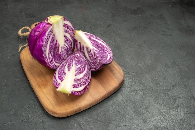 Vorderansicht frischer rotkohl geschnitten auf dunklem tisch reife diätnahrungsmittelsalatgesundheit