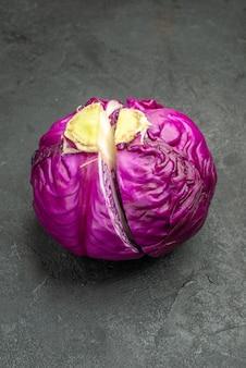 Vorderansicht frischer rotkohl halb geschnitten auf dem dunklen tisch reife nahrungsmittelsalatgesundheitsdiät