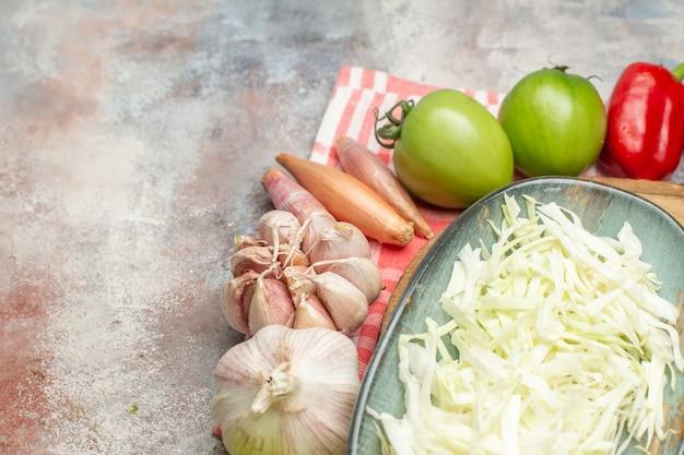 Vorderansicht frisches gemüse in scheiben geschnitten und ganzes gemüse auf weißem hintergrund farbe reif gesundes leben diät mahlzeit salat