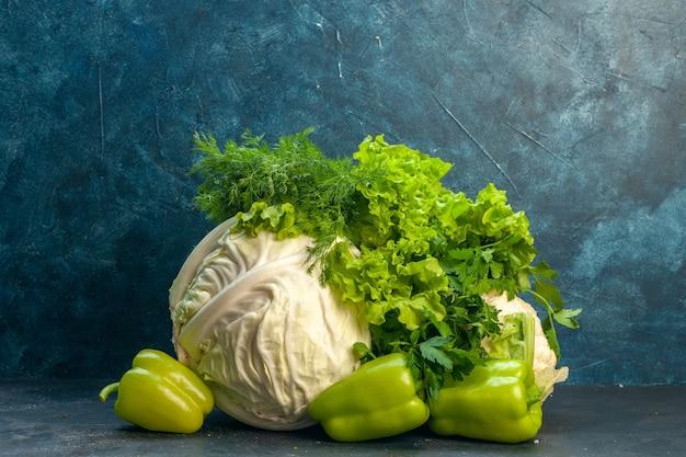 Vorderansicht frisches gemüse kohl petersilie paprika salat dill blumenkohl auf dunkler oberfläche