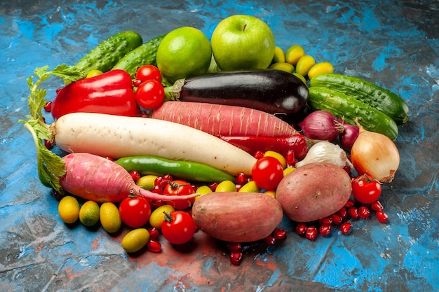 Vorderansicht frisches gemüse mit äpfeln auf blauem hintergrund reifes essen salatmahlzeit