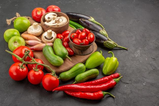 Vorderansicht frisches gemüse zusammensetzung auf dunklem tisch frische farbe salat reif