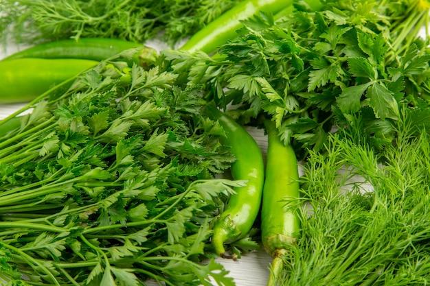 Vorderansicht frisches grün mit paprika auf weißem hintergrund essen diät salat gesundes leben foto mahlzeit farbe