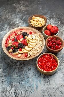 Vorderansicht fruchtiges müsli mit früchten und nüssen auf leichtem tischfrucht-gesundheitsgetreide