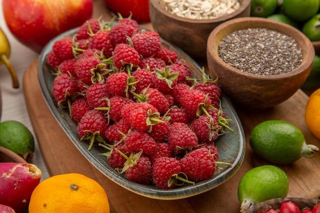 Vorderansicht früchte zusammensetzung auf dem weißen hintergrund tropische reife farbe exotische ausgereifte diät foto