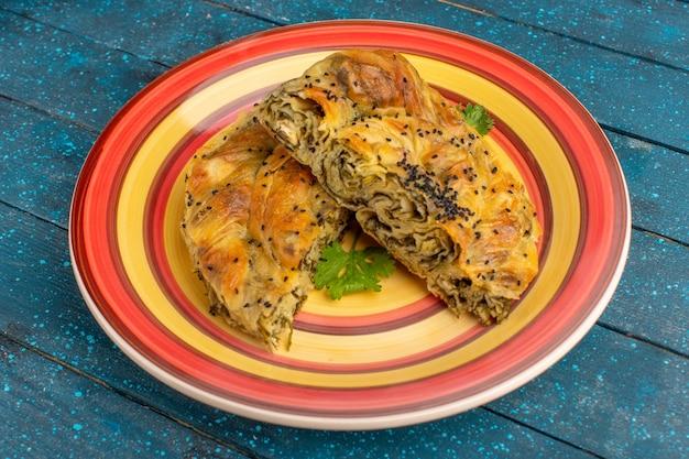 Vorderansicht gebäck mit fleisch köstliche teigmahlzeit innerhalb platte auf blauem rustikalem schreibtisch.