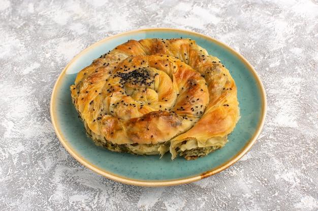 Vorderansicht gebäck mit fleisch köstliche teigmahlzeit innerhalb platte auf hellem schreibtisch.