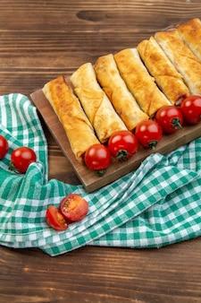 Vorderansicht gebratenes grüngebäck mit roten tomaten auf braunem hintergrund kochen gebäck fleisch backen abendessen essen?