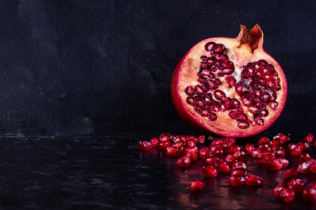 Vorderansicht gehackter granatapfel auf einem schwarzen hintergrund
