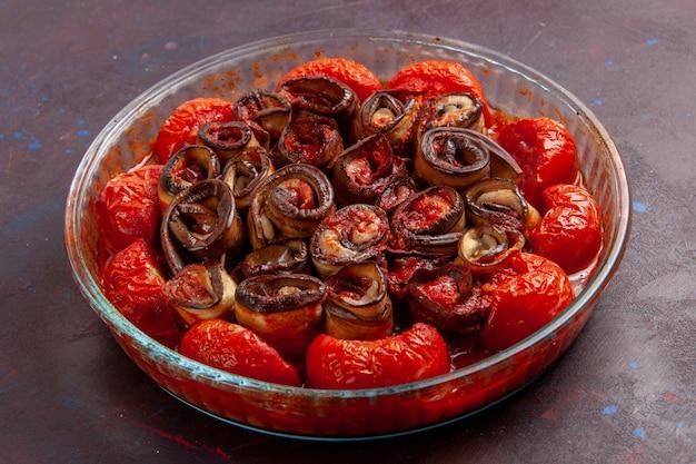 Vorderansicht gekochte gemüsemehl-tomaten und auberginen auf der dunklen oberfläche