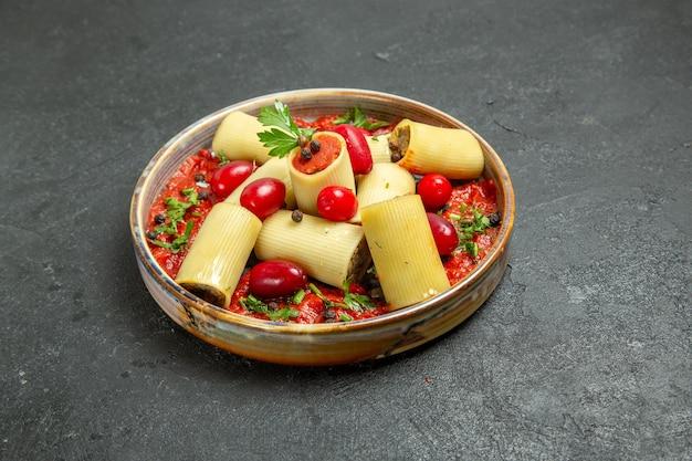 Vorderansicht gekochte italienische pasta köstliche mahlzeit mit fleisch und tomatensauce auf dem grauen hintergrund teig pasta fleischsauce essen