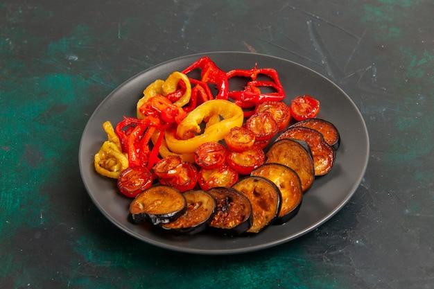 Vorderansicht gekochte paprika mit auberginen auf grüner oberfläche