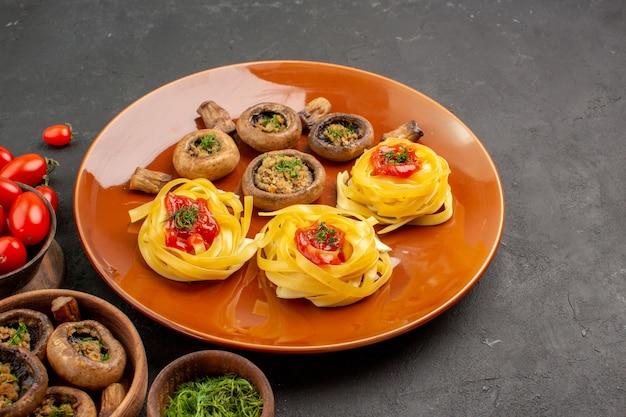 Vorderansicht gekochte pilze mit teignudeln auf dunklem schreibtisch essen mahlzeit gericht abendessen
