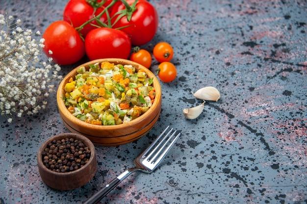Vorderansicht gekochter gemüsesalat mit frischen roten tomaten auf blauem hintergrund