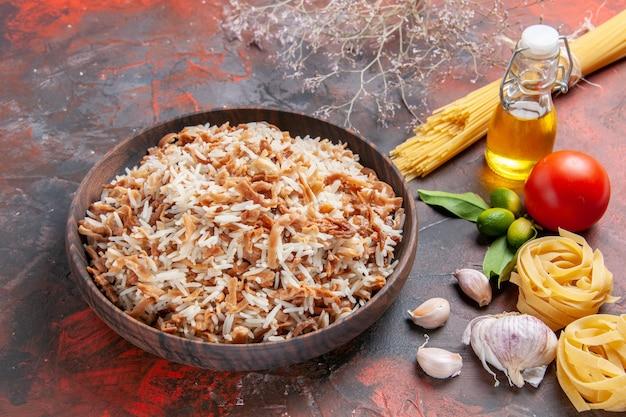 Vorderansicht gekochter reis mit teigscheiben auf einem dunklen oberflächenfotoschalenmahlzeitnahrungsmittel