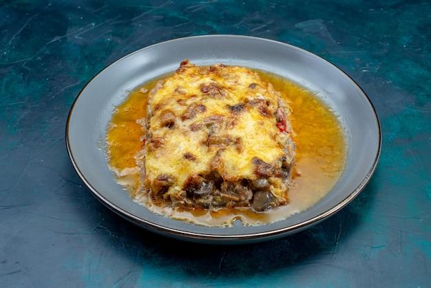 Vorderansicht gekochtes fleischgericht mit soße und pilzen innerhalb platte auf dem dunkelblauen schreibtisch fleischgericht abendessen essen mahlzeit