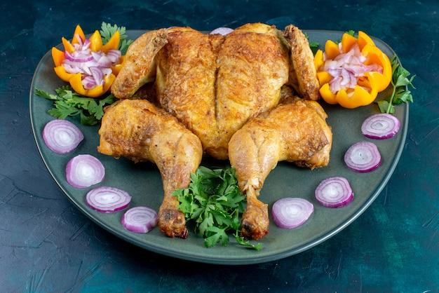 Vorderansicht gekochtes huhn mit grün innerhalb platte auf dem dunkelblauen schreibtisch hühnerfleisch essen abendessen fleisch
