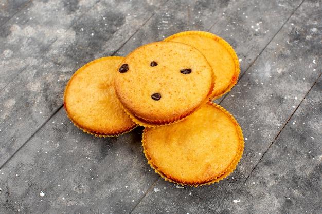 Vorderansicht gelb gefärbte kuchen lecker auf dem grauen holz rustikal gekocht