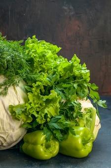Vorderansicht gemüse kohl petersilie paprika salat dill blumenkohl auf dunkler oberfläche