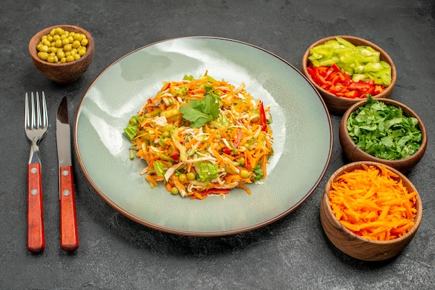 Vorderansicht gemüsehühnersalat mit grüns auf grauer tabelle diätnahrungsmittelsalatgesundheit