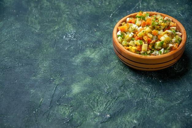 Vorderansicht gemüsesalat von gekochtem gemüse gemischt in runder platte auf dunklem hintergrund